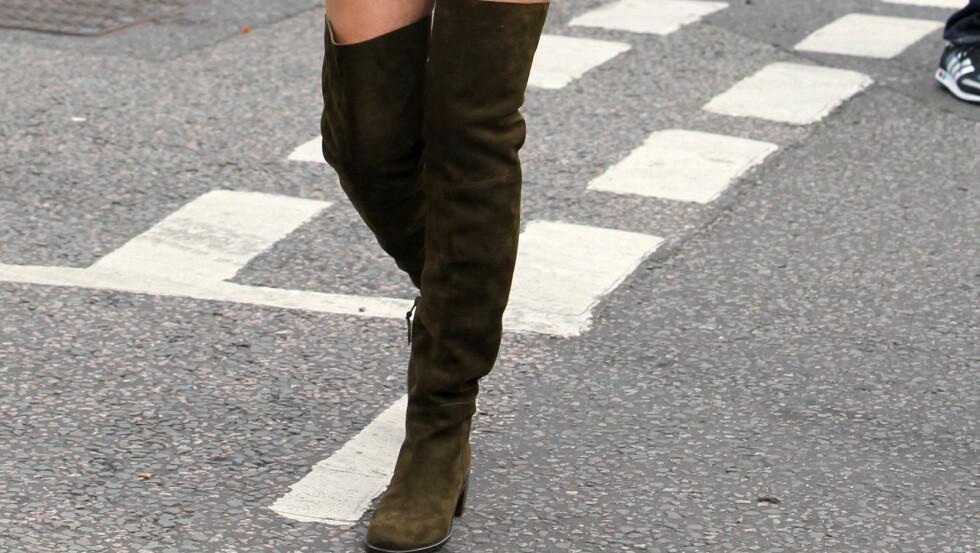 STUART WEITZMAN 5050-BOOTS HAR FÅTT IKONISK STATUS: Og det gjør ingenting at supermodell Kate Moss fronter kampanjen. Sjekk hvilke fire andre skomodeller som alltid rives ut av hyllene først, lenger ned i saken... Foto: REX/Beretta/Sims/All Over Press