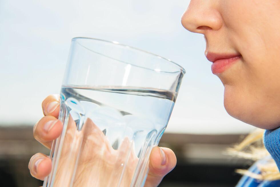 <strong>DRIKK VANN:</strong> Ifølge eksperten er vann det beste du kan drikke både før, under og etter treningsøkten.  Foto: Sandor Jackal - Fotolia