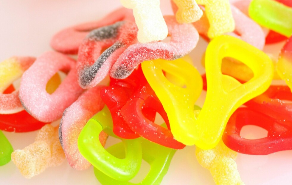 FYSEN PÅ NOE SØTT? Det er lett å unne seg litt ekstra hvis du er syk og sengeliggende, men det kan faktisk bidra til at du ikke blir frisk like raskt igjen. Ligg derfor unna sukker, og gå heller for naturlige søtsaker som honning. Foto: Thinkstock.com