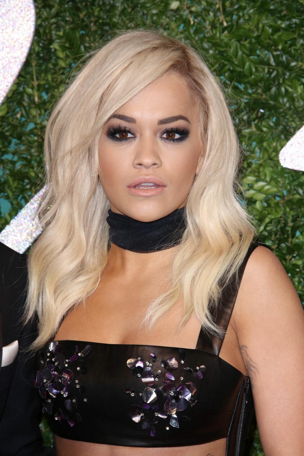 Rita Ora gjorde som Rihanna og brukte choker sammen med kjolen på British fashion Awards i London.  Foto: All Over