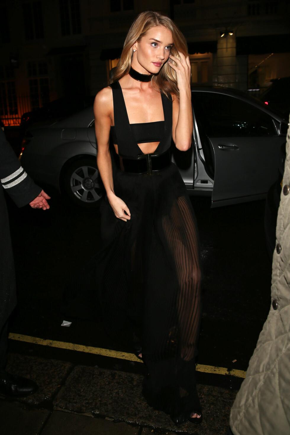 Supermodell Rosie Huntington-Whiteley matchet sin svarte kjole fra Balmain med svart choker.  Foto: All Over