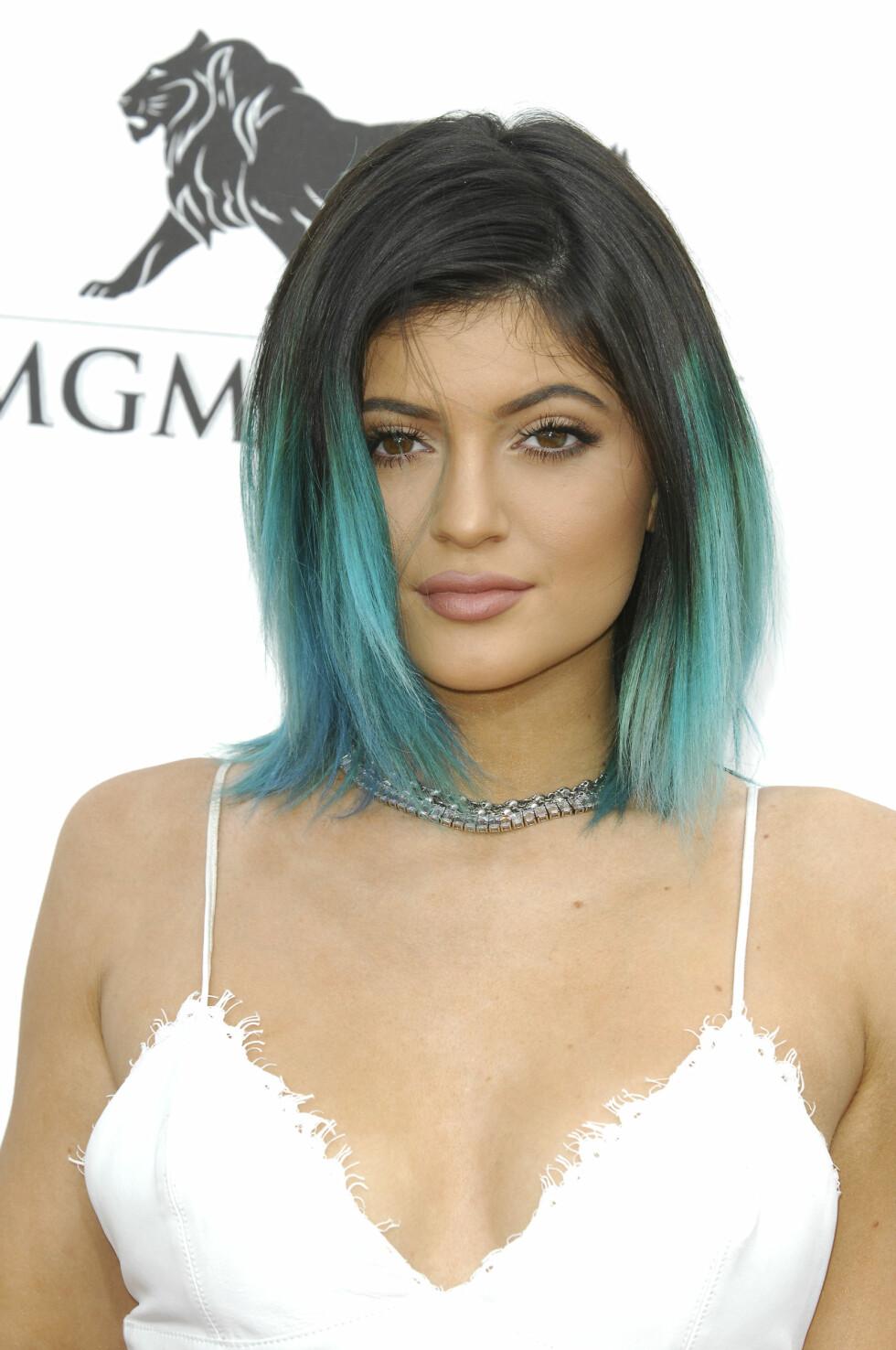 Den yngste av Kardashian-søstrene, Kylie Jenner, kombinerte hvit kjole og sølvchoker med sitt grønne hår.  Foto: All Over