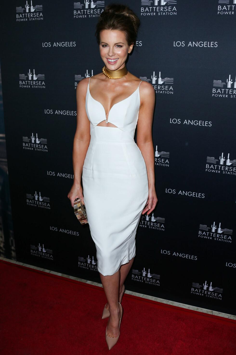 Skuespiller Kate Beckinsale ankom fest i Hollywood med hvit kjole og en massiv gullchoker.  Foto: All Over
