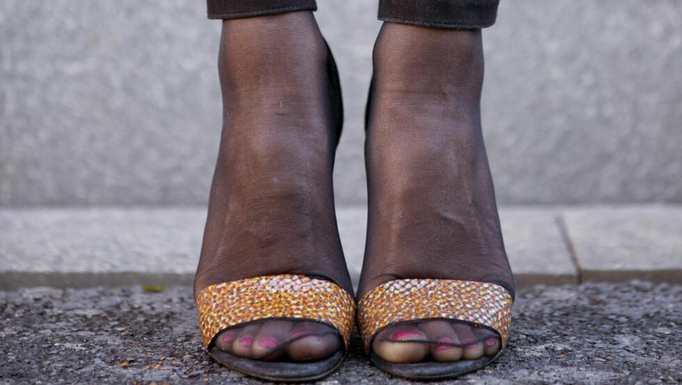 - NEI, NEI, NEI: Ja, å bruke strømper i sandalene, med synlig søm som løper langs tærne, er ikke noe KKs moteredaktør Silje Pedersen vil anbefale for festantrekket. Foto: Sara Johannessen / KK