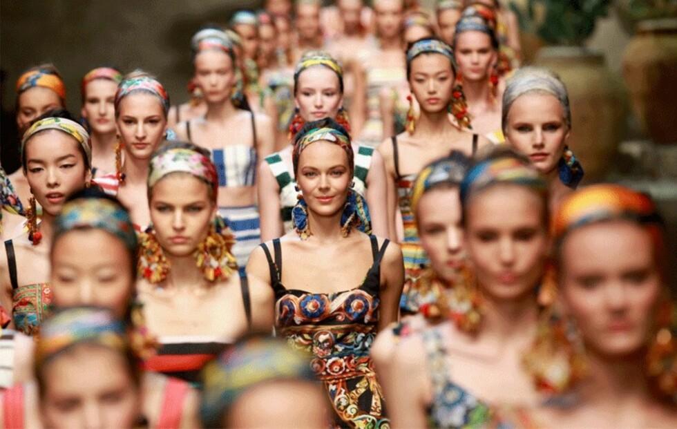 Få stjernenes Dolce & Gabbana-stil og bruk skjerfet på hodet