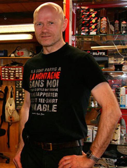 SKOMAKER: Rolf Steinar C. Aarberg er skomaker ved Tromsø skomakerverksted. Skomakerverkstedet hans fyller 30 år neste høst. Foto: Torgrim Rath Olsen