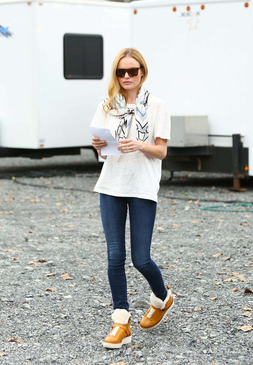 VARME OG FINE - ELLER? Kate Bosworth gjør skoene litt mer feminine med et silkeskjerf i halsen.  Foto: Sara Jaye Weiss/StartraksPhoto.c