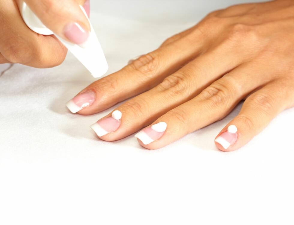 PLEIE: Sørg for å påføre en fet håndkrem også på neglebåndene hver eneste dag. Bruk gjerne produkter spesielt utviklet for neglebåndene i tillegg. Neglebåndskrem eller -olje er genialt å ha på nattbordet eller ved sofaen, så kan du smøre dem før du legger deg eller mens du ser på tv om kvelden. Foto: Vitaly Maksimchuk - Fotolia