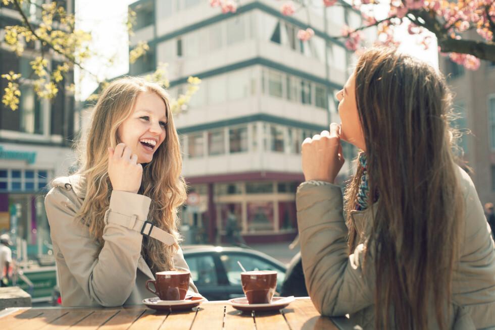 SNAKKER MED ANDRE KVINNER: Kvinner endrer ikke stemme når de snakker med attraktive menn. Det gjør de imidlertid når de snakker med andre attraktive kvinner.  Foto: Kaponia Aliaksei - Fotolia
