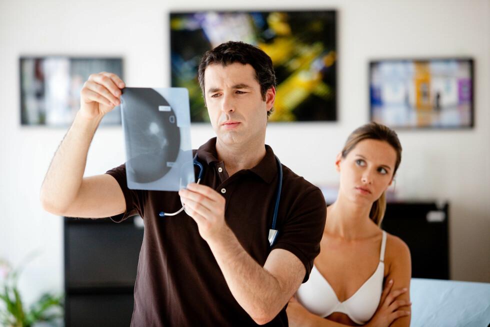 UNDERSØKELSE: Sjansene for å bli helt frisk fra brystkreft er langt større jo tidligere kreften oppdages. Oppdager du en kul eller andre forandringer er det derfor en god idé å få en lege til å undersøke brystet. Foto: REX/Garo/Phanie/All Over Press