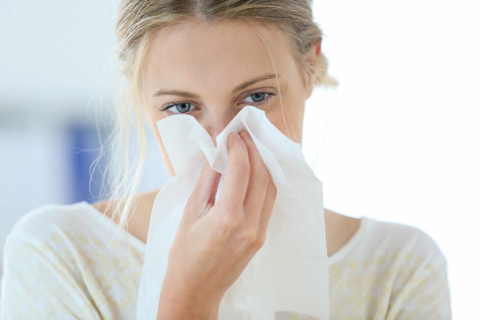 SNYTE SEG: En av årsakene til at man begynner å blø neseblod kan være at man snyter seg for hardt når man er forkjølet.  Foto: goodluz - Fotolia