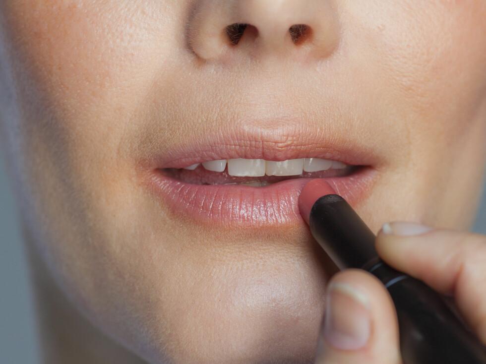 FLERE FUNKSJONER: En kremrouge kan også brukes på leppene, eller du kan velge en leppestift, en farget balm eller en lipgloss for å gi leppene en frisk farge. Foto: Astrid Wallar