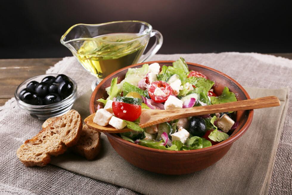 FYLL PÅ: For at salaten skal være næringsrik nok, bør du tilsette proteiner, karbohydrater og sunt fett. Ikke minst en god dose med grønnsaker, frukt eller bær - se gjerne etter de mest fargerike variantene.  Foto: Africa Studio - Fotolia
