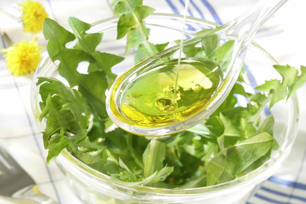 OLIVENOLJE: Tilsett gjerne et par spiseskjeer olivenolje i salaten din - det er en god kilde til de sunne fettsyrene. Et annet alternativ er å tilsette avokado.  Foto: JPC-PROD - Fotolia