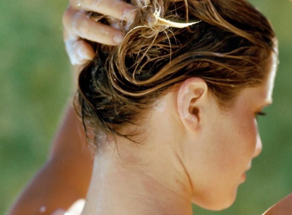 LUR MED KUR: En hårkur hindrer fargen i å endre seg selv om du er i sol og bassengvann. Foto: Colourbox