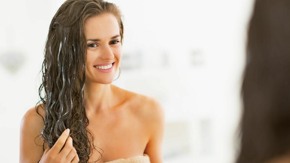 PLEIE: En god fuktmaske i håret én til to ganger i uka kan redde deg fra tørt, brusete, glansløst vinterhår.   Foto: Alliance - Fotolia