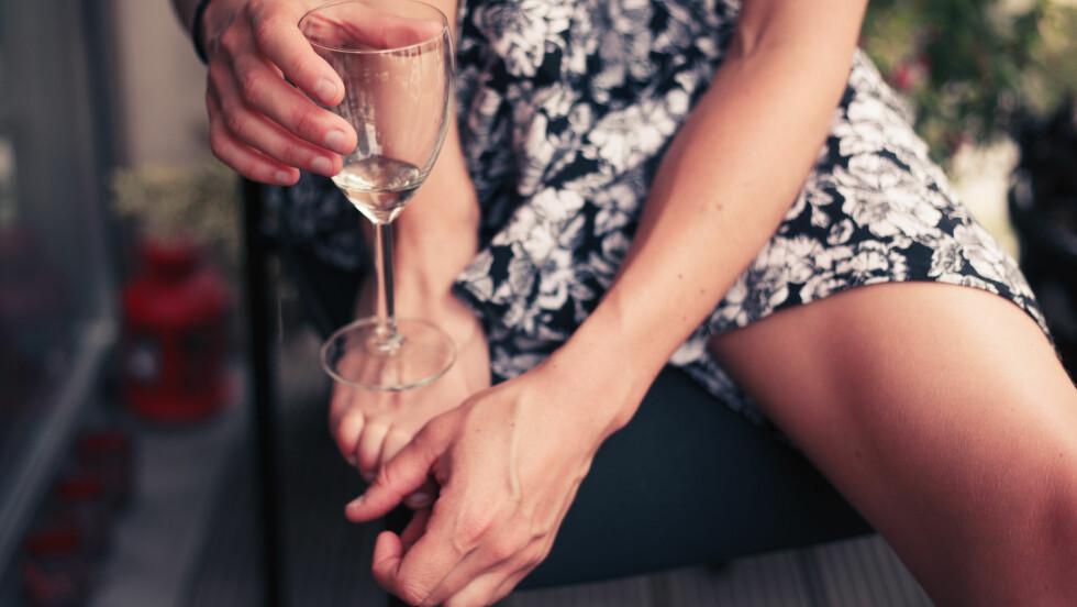 DRIKKER DU FOR MYE? Alkoholmisbruk er et økende problem i Norge - og spesielt blant kvinner. Se om du faller innunder noen av punktene i listen over. Foto: LoloStock - Fotolia