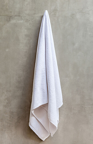 FUKTFELLE: Unngå å henge håndklær til tørk på kalde yttervegger. Foto: Fotolia