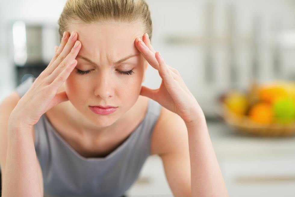 PLAGES DU MED HODEPINE? Det kan være et resultat av at synet ditt ikke er optimalt. Et vanlig tegn er press foran i pannen og/eller stiv nakke. Foto: Alliance - Fotolia
