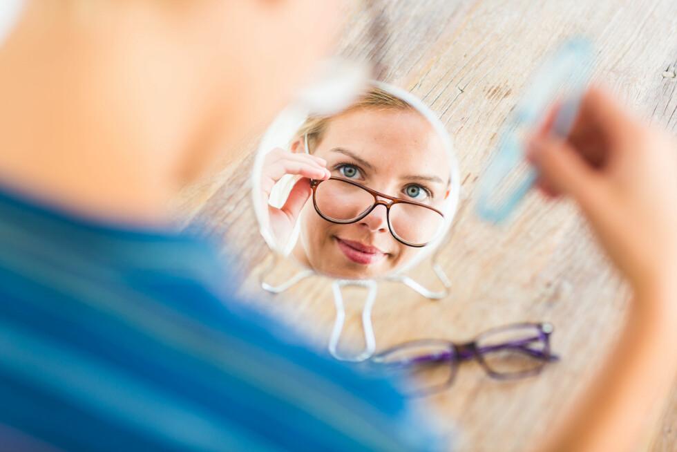 ER BILLIGBRILLENE NOK? Hvis du bare bruker briller en gang i blant, kan du godt kjøpe ferdigbriller sier ekspertene. Men mange har skjeve hornhinner eller ulikt syn på øynene, som ikke ferdigbriller er tilpasset for.  Foto: REX/VOISIN/PHANIE/All Over Press