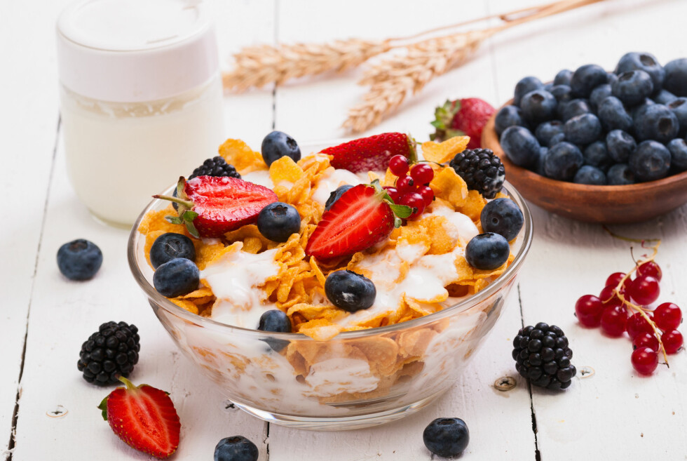 SEN MIDDAG? Spis et måltid som gir god næring og gode byggeklosser, som for eksempel yoghurt naturell med havrekli, nøtter, frø og bær, råder ernæringsfysiologen. Foto: whitestorm - Fotolia