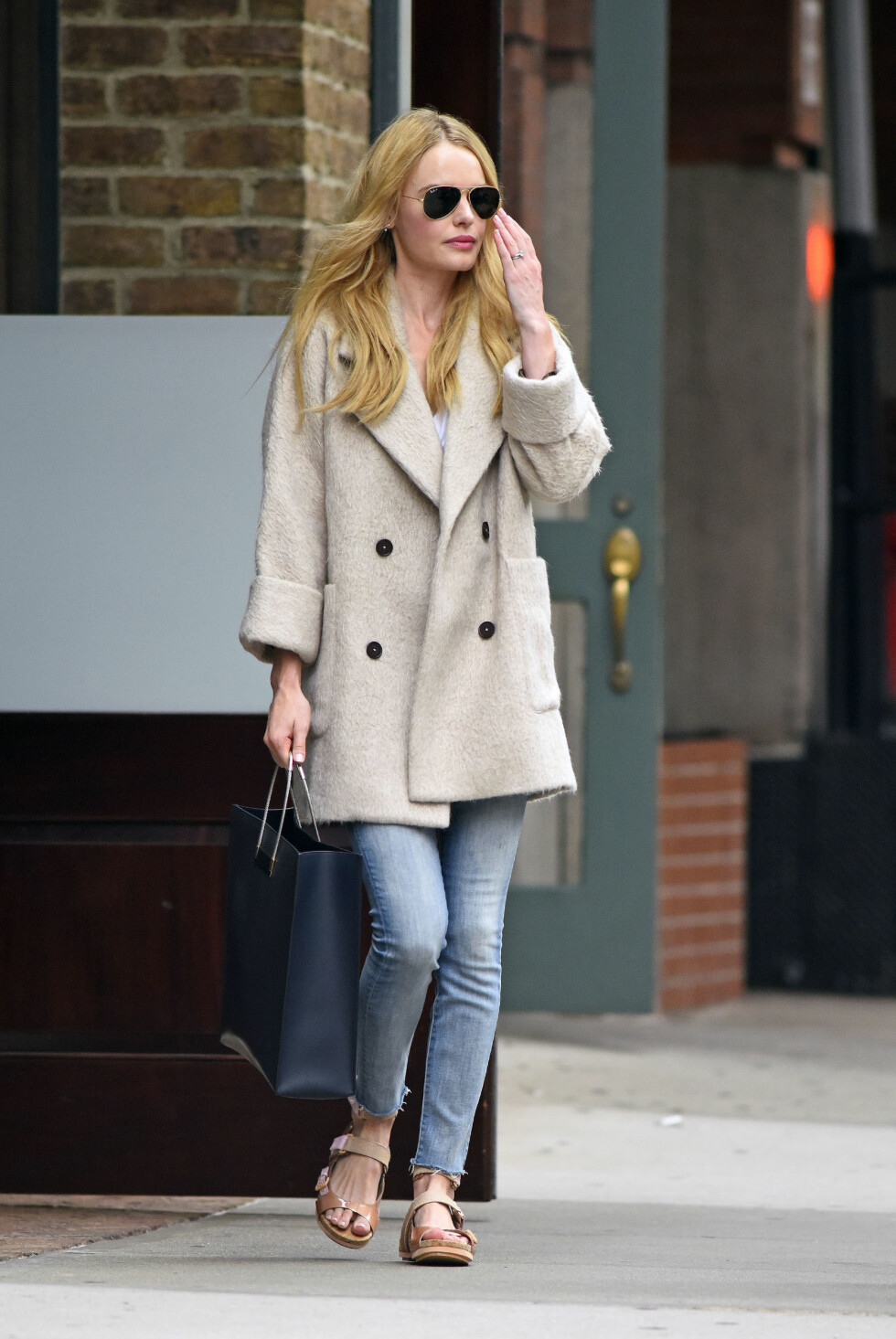 <strong>SLIK SER HØSTENS IT-JEANS UT:</strong> Skuespiller Kate Bosworth har kastet seg på trenden med å gå i jeans som er klippet rett over nederst. Foto: PacificCoastNews/All Over Press