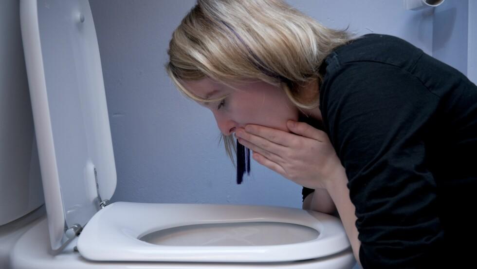 GODE RÅD ER DYRE: Det er få ting som er verre enn oppkast og diaré. Det er i hvert fall slik det føles når du først henger over toalettskåla. Og i slike tilfeller tas alle råd i mot med åpne armer, gode som dårlige. Men er det egentlig noe som hjelper? Foto: REX/Photofusion/All Over Press