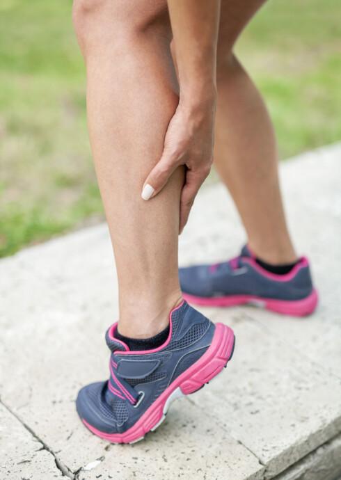 Woman holding sore leg muscle Foto: Myst - Fotolia