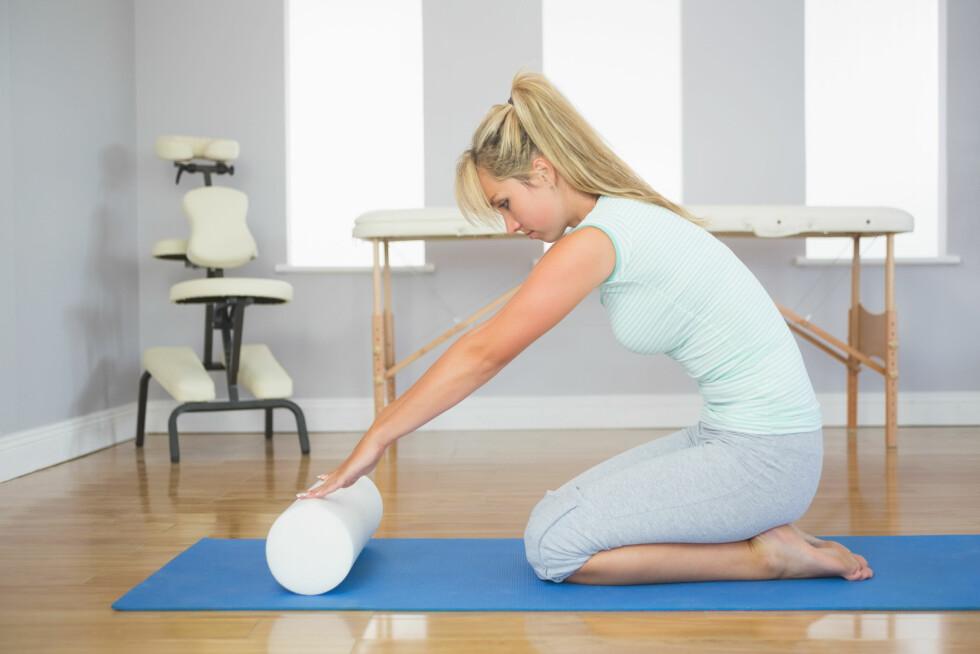 Blonde patient sitting on floor doing exercise in bright room Foto: WavebreakmediaMicro - Fotolia