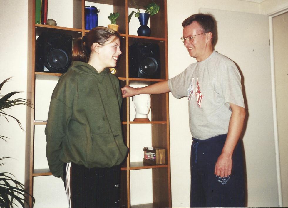 FORELDRESJOKK: Elins foreldre fikk sjokk da de forstod hvor syk datteren var. Her er Elin med pappa Jan - i stor genser og luftige joggebukser som hun så ofte tydde til da hun var syk.