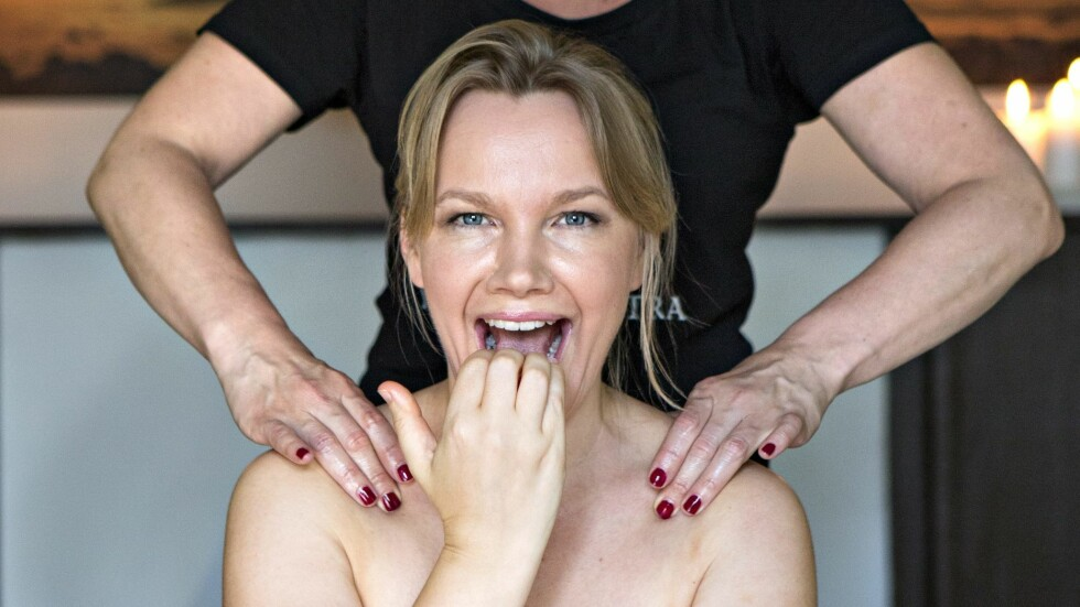 INTETANENDE: KK`s egen journalist Gry Thune var fullstending intetanende om den smerte og beven som ventet henne da hun skulle teste tantramassasje. Foto: Charlotte Wiig/All Over Press Norway