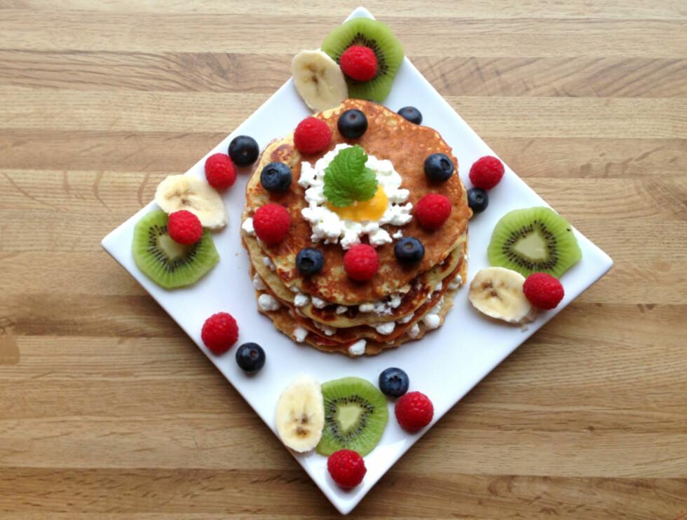 PROTEINER OG VITAMINER: Gjør de proteinrike pannekakene enda mer spennende ved å servere dem med masse fargerik frukt eller bær, og gjerne litt cottage cheese for litt ekstra proteiner. Foto: Linda Marie Stuhaug