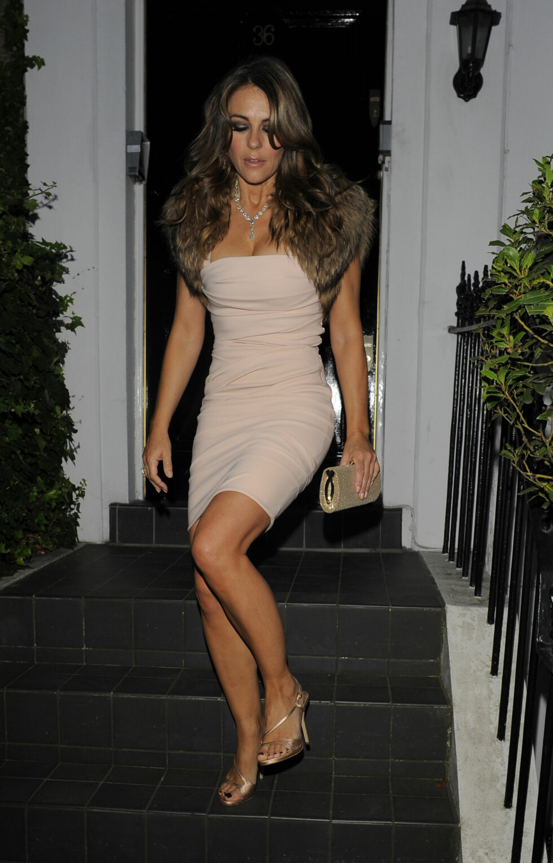 Hurley i sexy nude minikjole på sommerfest på Windsor,  London, tidligere i år.  Foto: Hewitt / Splash News/ All Over Press