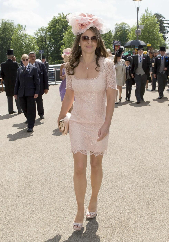 Elizabeth Hurley i pudderrosa lårkort kjole på Royal Ascot i juni. Foto: REX/All Over Press