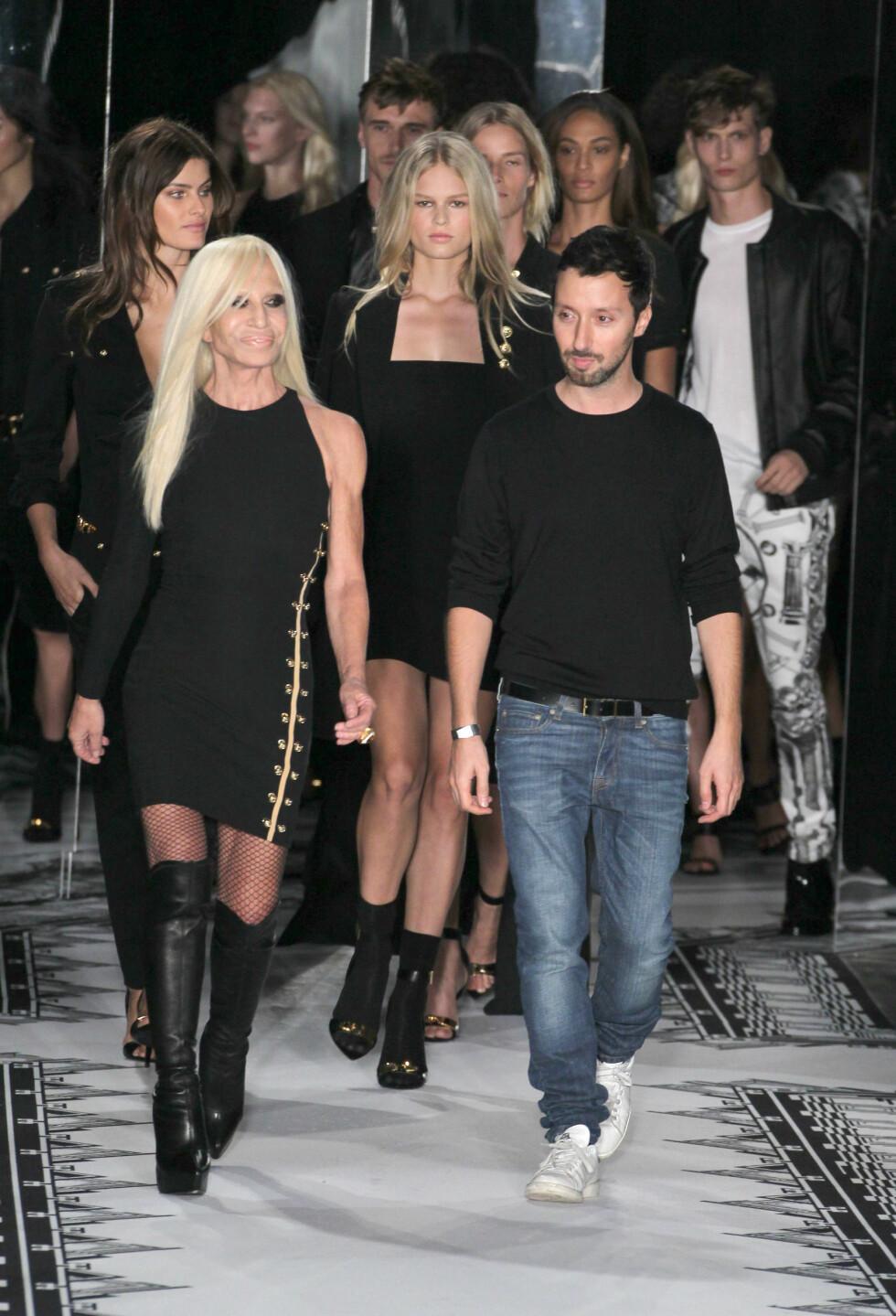 ASSYMETRISK: Designer Donatella Versace hadde selv på seg den hotte kjolen da hun mottok applaus etter kveldens visning.  Foto: REX/All Over Press