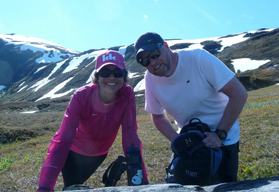 Samboeren: Inger-Helén har vært sammen med Jøran (44) siden 2007. Her tar de seg en pause på tur opp til Røde Kors-hytta på Svarthammeren sør for Tromsø i sommer. Capsen fikk hun da hun deltok på KK-mila.