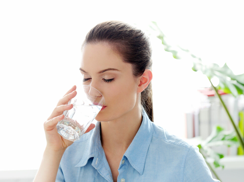 <strong>DRIKK VANN:</strong> Før du tyr til medisiner på apoteket anbefaler eksperten deg å drikke mye vann. Dette kan nemlig ha en positiv effekt på treg mage.  Foto: Yeko Photo Studio - Fotolia