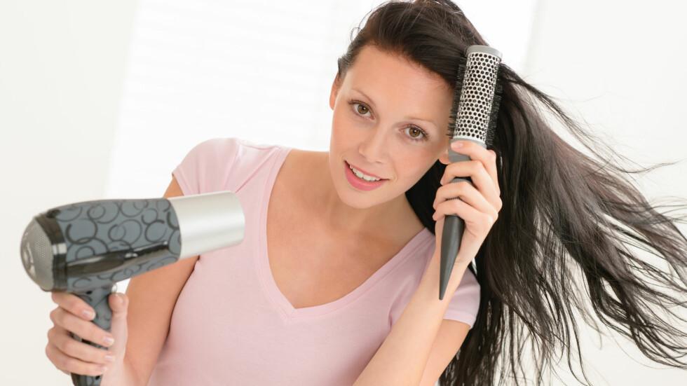 STOPP EN HAL: Med mindre du faktisk ønsker deg brusete hår, bør du beholde nebbet på føneren på. Du vil få bedre kontroll og et vakrere resultat, sier eksperten.  Foto: CandyBox Images - Fotolia