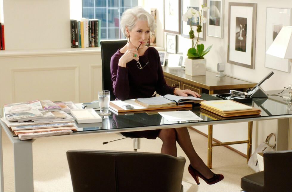 ER DET IKKE GANSKE LIKT?: Her sitter Miranda Priestly på sitt kontor i filmen The devil wears Prada, som mange mener er inspirert av Anna Wintour.  Foto: IMAGO/ All Over Press