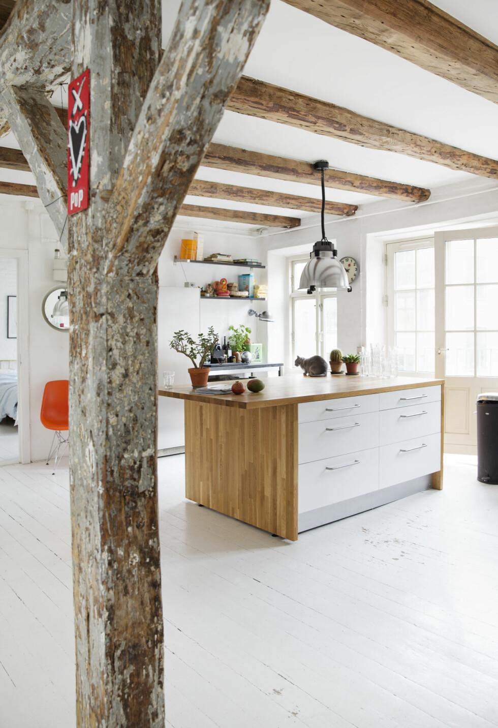 <strong>BLANDING AV IKEA OG GAMLE VINKASSER:</strong> Kjøkkenet er åpent og stort, med utgang til en fransk balkong. Foto: Yvonne Wilhelmsen