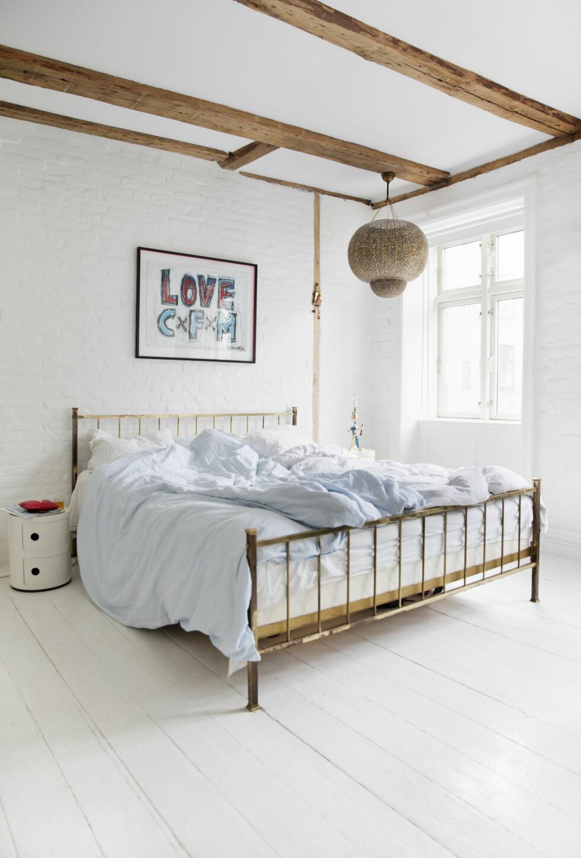 <strong>AVSLAPPENDE:</strong> Maleriet over sengen er laget av kunstneren Sunny Asemota, en god venn av huset. Sengeteppet er kjøpt i Marokko. Den gamle messingsengen har Maria arvet fra sin far. Nattbordet er fra Kartell. Foto: Yvonne Wilhelmsen