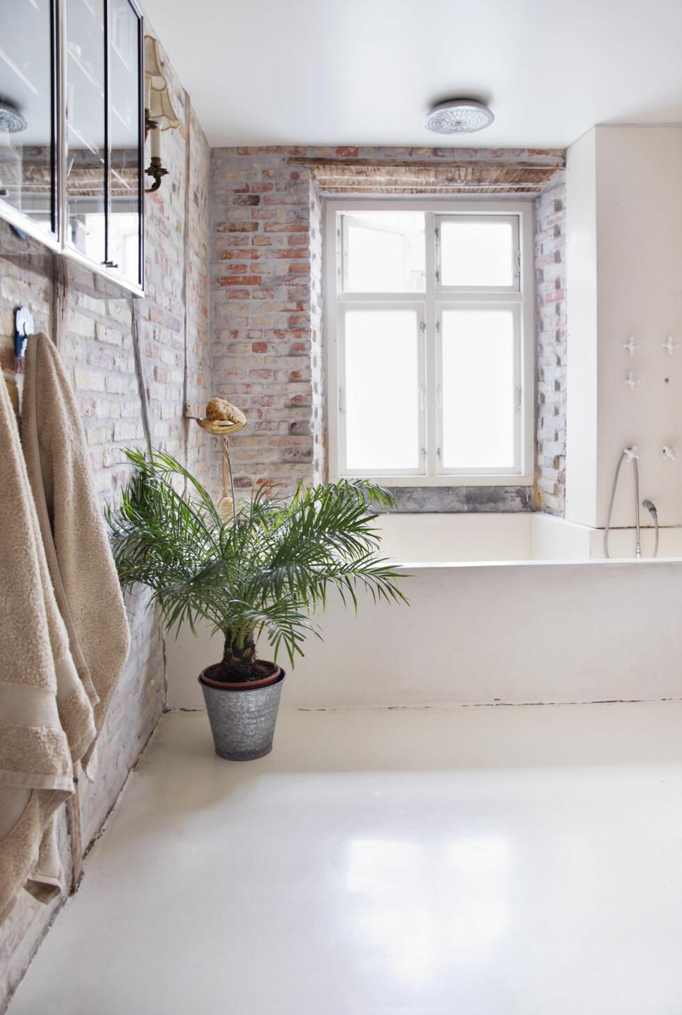 <strong>GIGANTISK BADEKAR:</strong> Badet er stort, og badekaret helt enormt! Det tar tid å fylle det helt opp, men når det er gjort er det SÅ deilig! Armaturet til badekaret er av gammelt porselen kjøpt i New York. Foto: Yvonne Wilhelmsen