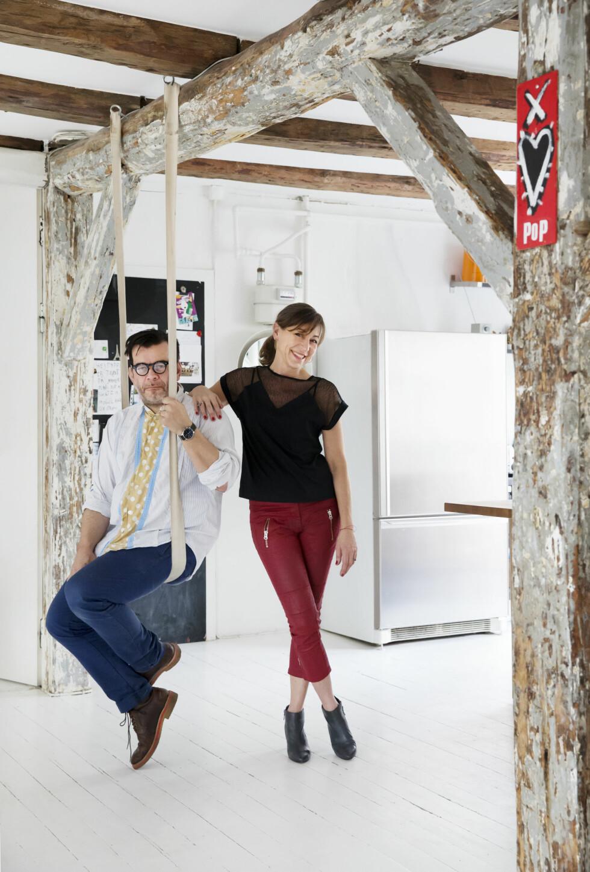 <strong>RØFT UTTRYKK:</strong> Maria og Christian ved yogahusken, som Maria bruker hver morgen. Bjelkene ble skrapet for flere lag med maling da de pusset opp, for å oppnå et røft uttrykk. Foto: Yvonne Wilhelmsen
