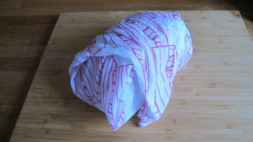 2. Pakk inn brødet i kjøkkenhåndkledet. Foto: Stine Okkelmo
