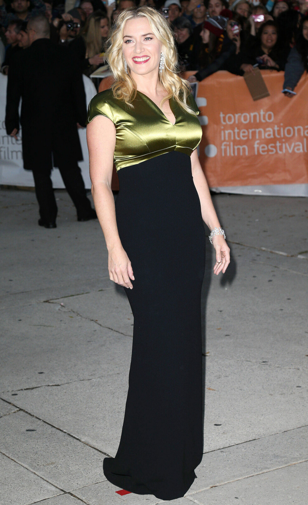 LITE FLATTERENDE V-UTRINGNING: Kate Winslet ser som regel ALLTID smashing ut, men her er overdelen litt for stram, bh-en feil og utringningen en smule for kort. Foto: REX/Broadimage/All Over Press