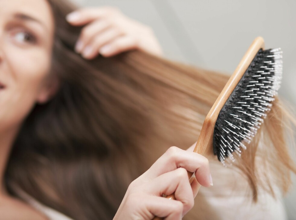FLOKETE: Har du floker i håret, bør du absolutt ikke starte med børsten nærmest røttene. Da risikerer du nemlig å rive ut og brekke masse hår som du kan redde bare ved å endre børsteteknikk.  Foto: Thinkstock