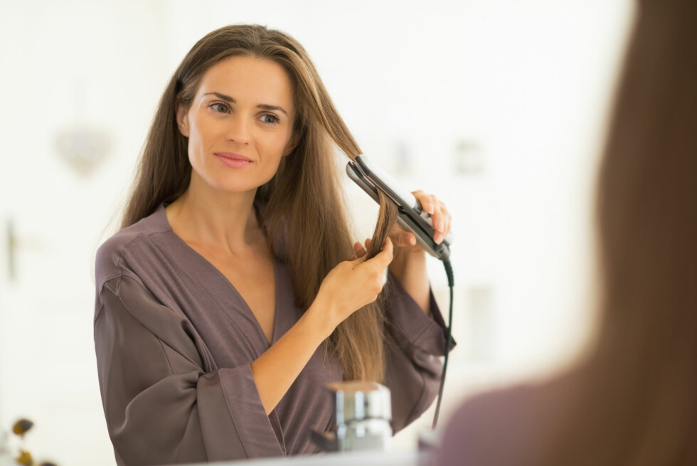 SKADELIG: Styling med varmeverktøy er mye mer skadelig for håret enn daglig hårvask. Foto: Alliance - Fotolia
