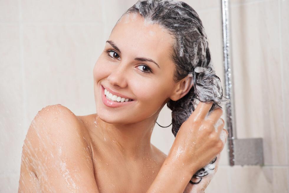 VASK I VEI: Det er ikke noe i veien for at du kan vaske håret daglig, bare du velger produkter som er skånsomme nok.  Foto: Iurii Sokolov - Fotolia