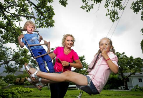 MORSOMMERE: Cecilie har det mye morsommere sammen med barna Theo og Sara etter at hun begynte å trene Foto: Jon Anders Skau / All Over Press