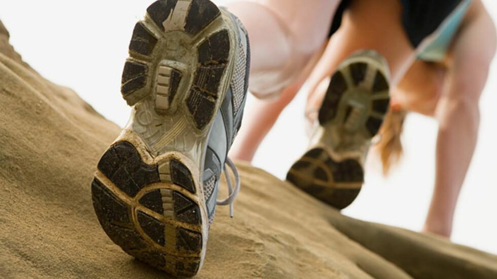 GÅ: Bare det å gå litt mer, oftere og lenger kan ha mye å si for kaloriforbrenning. Ta trappen, gå til jobb og lignende.  Foto: www.imagesource.com